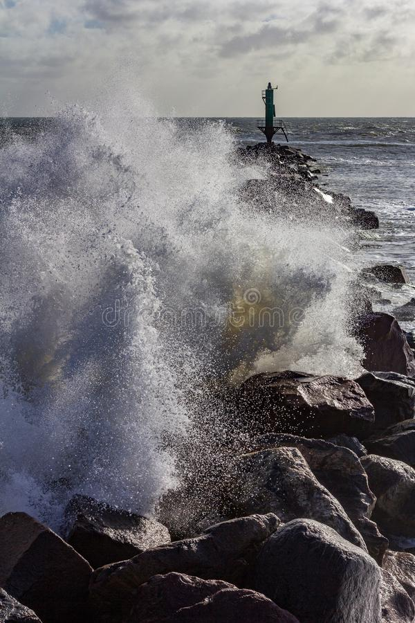 Falowy rozbijać nad rockowym jetty Ramsgate, Anglia obrazy royalty free