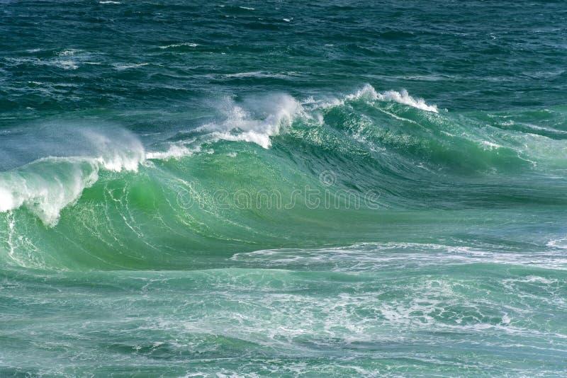 Falowy rozbijać przeciw skałom na plaży fotografia royalty free