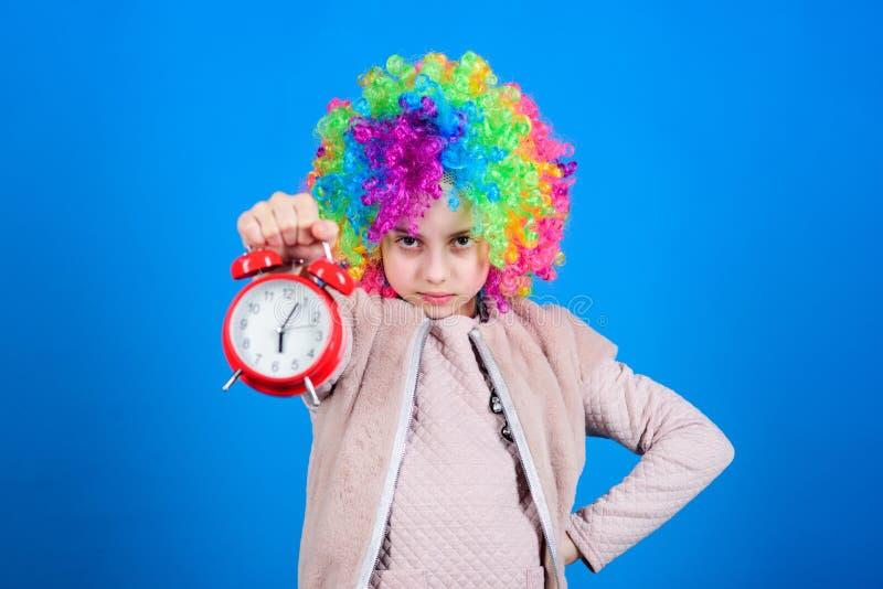 FALSA ALARMA Preocupaci?n de la muchacha sobre tiempo Hora de divertirse Concepto de la disciplina y del tiempo Sincronizaci?n de imágenes de archivo libres de regalías