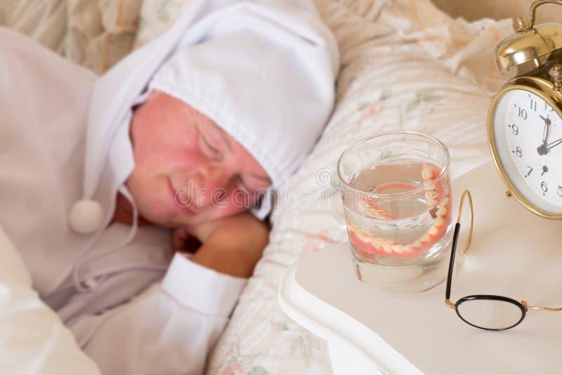 Download Falsche Zähne im Glas stockbild. Bild von bett, rentner - 27184245