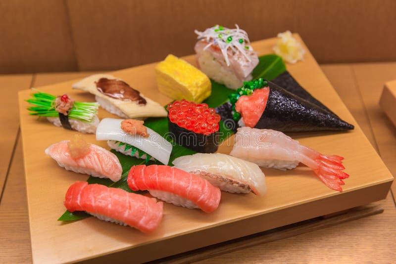 Falsificação ajustada da mistura do sushi do alimento japonês na madeira de bambu foto de stock royalty free