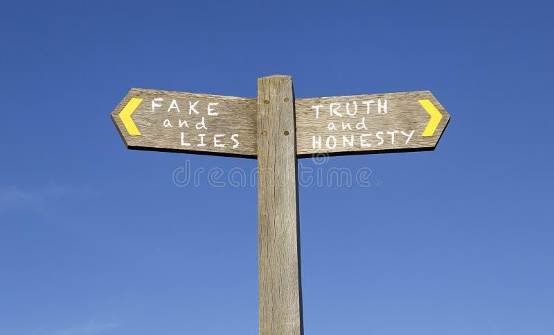 Falsificazione e segnale stradale di verità fotografia stock libera da diritti