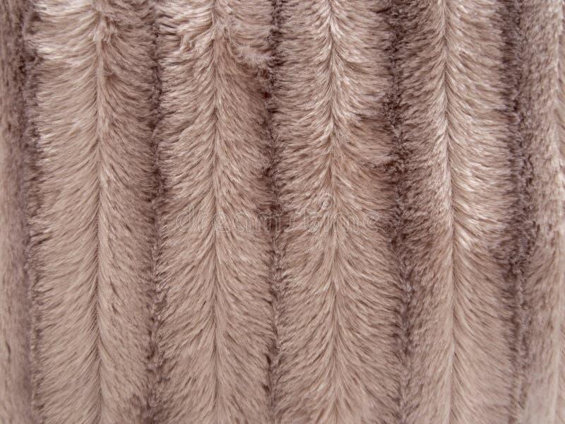 Falsificazione, fondo lanuginoso della pelliccia del faux, bande beige fotografie stock