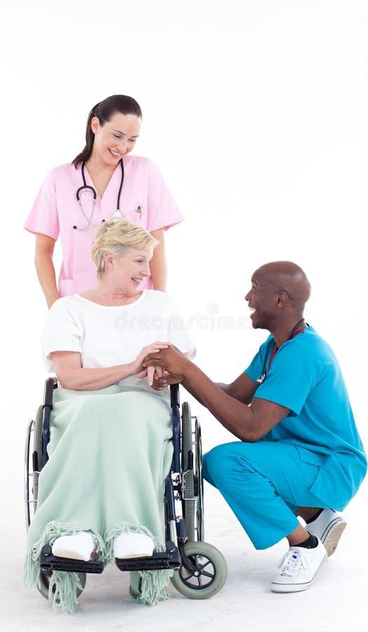 falsifichi parlare ad un paziente in una presidenza di rotella fotografia stock libera da diritti