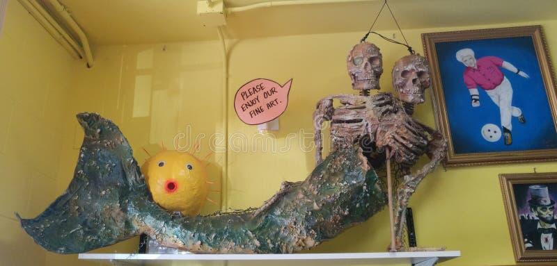 Falsifique o esqueleto coligado da sereia com blowfish e pinturas imagens de stock