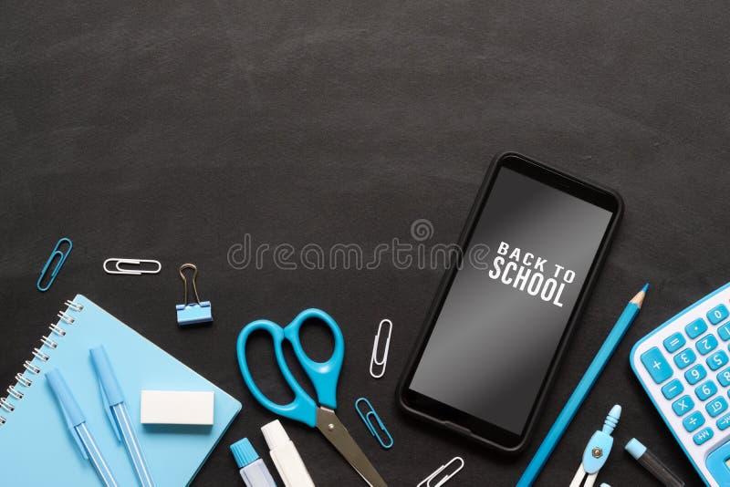 Falsk övre mobiltelefon för baksida till skolabakgrundsbegreppet Skolaobjekt på för svart tavlatextur för grunge svart bakgrund m fotografering för bildbyråer