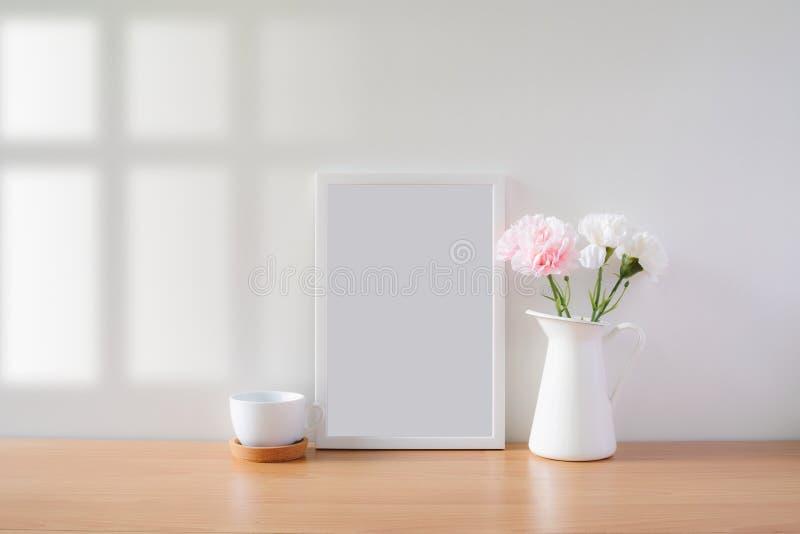 Falsk övre protraitfotoram med blommor på tabellen royaltyfri foto
