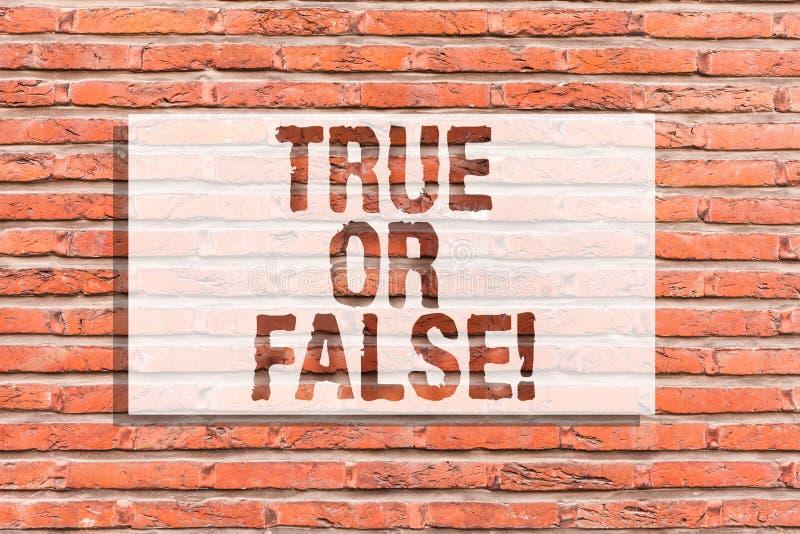 Falsk textteckenuppvisning som är riktig eller Det begreppsmässiga fotoet avgör mellan ett faktum eller att berätta en konst för  stock illustrationer