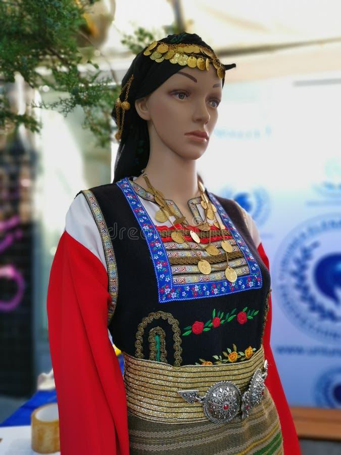 Falskt mode - traditionell kvinnagrekdräkt royaltyfria bilder