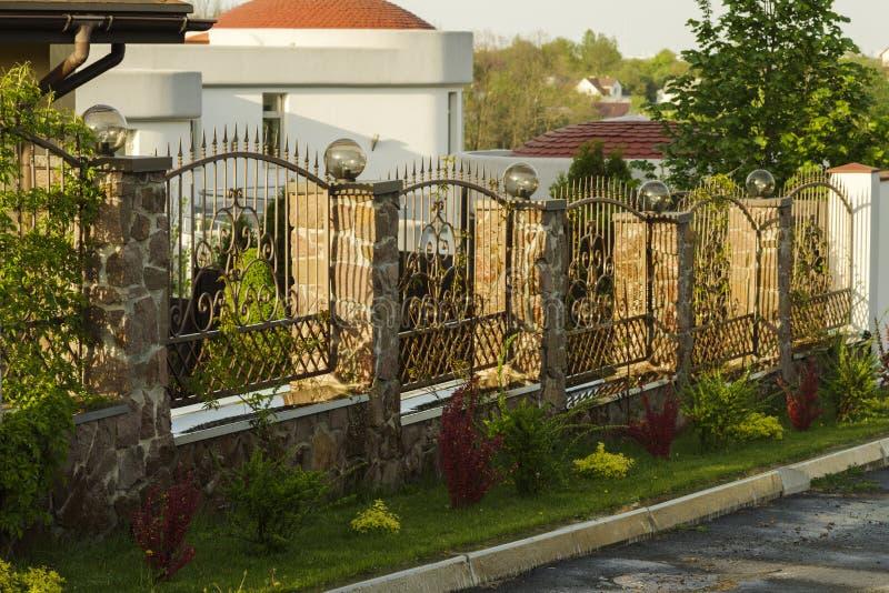 Falskt staket längs vägen arkivfoto