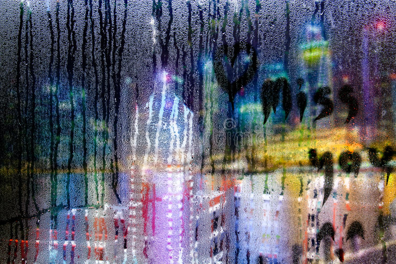 Faltándole mande un SMS en descensos del agua en la ventana de cristal en llover Seaso foto de archivo libre de regalías