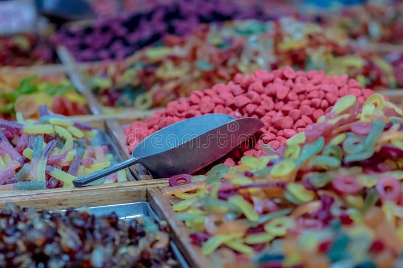 Falta de definición abstracta y caramelos clasificados coloridos de-enfocados para el fondo fotos de archivo