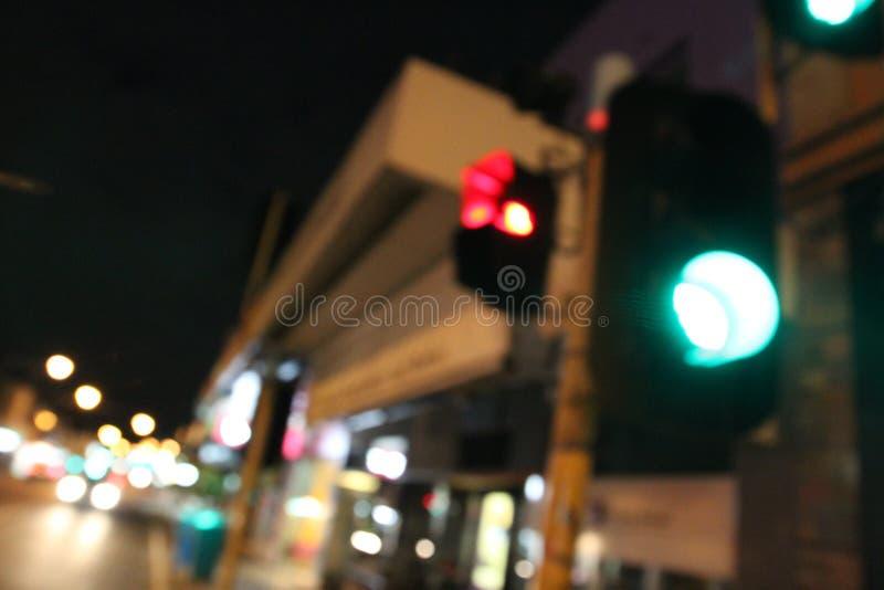 Falta de definición de la luz de Trafick en la noche imágenes de archivo libres de regalías