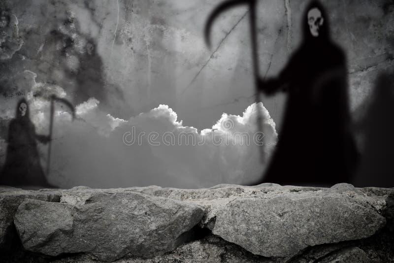 Falta de definición de la sombra del fantasma que se coloca en la pared de piedra fotos de archivo