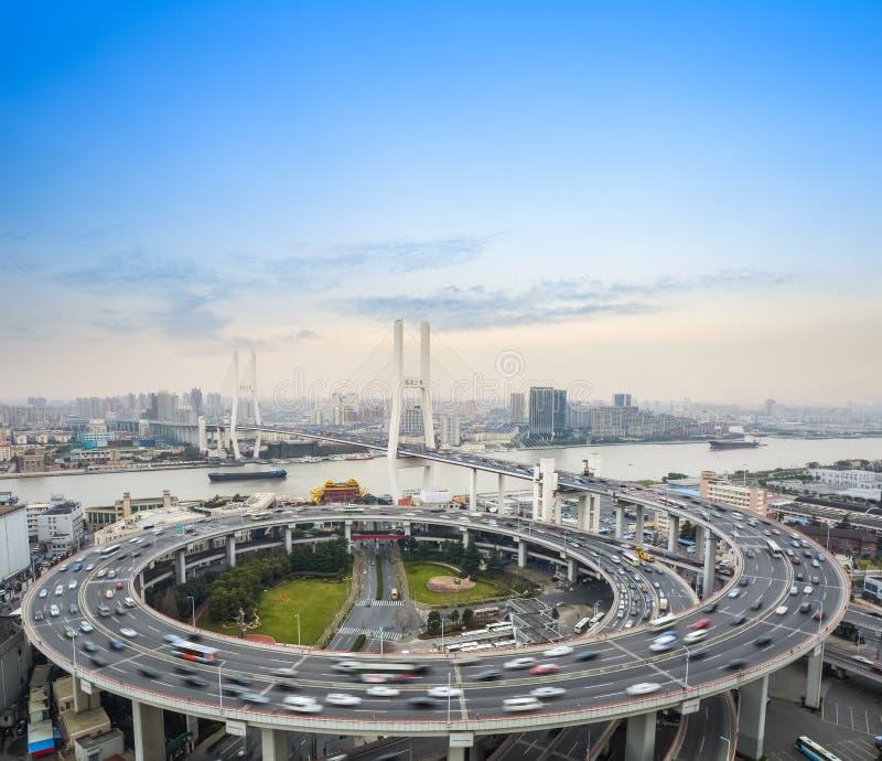 Falta de definición de movimiento de los coches en el puente fotos de archivo