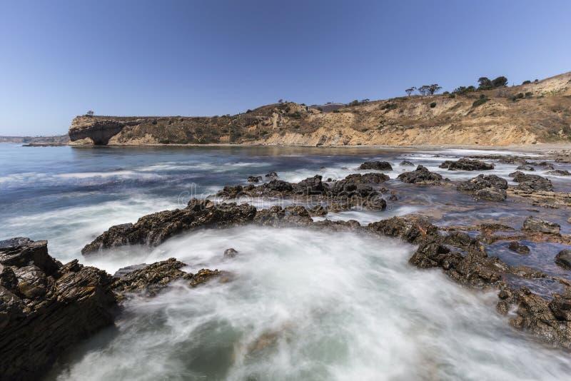 Falta de definición de movimiento de marea de la piscina en el parque de la línea de la playa de la ensenada del olmo en Califor foto de archivo