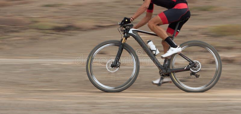 Falta de definición de movimiento de una raza de la bici de montaña fotos de archivo libres de regalías
