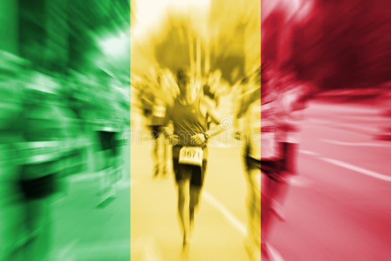 Falta de definición de movimiento del corredor de maratón con la mezcla de la bandera de Malí imagenes de archivo