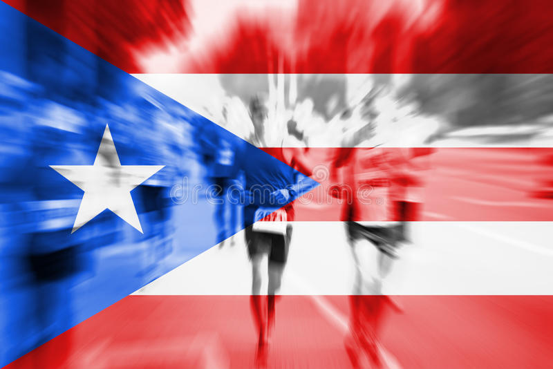 Falta de definición de movimiento del corredor de maratón con la mezcla de la bandera de Puerto Rico foto de archivo libre de regalías