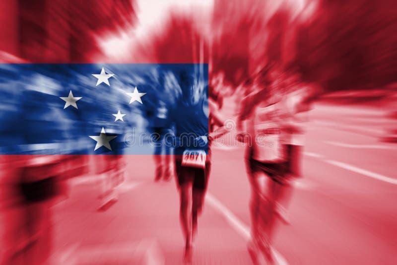 Falta de definición de movimiento del corredor de maratón con la mezcla de la bandera de Samoa foto de archivo
