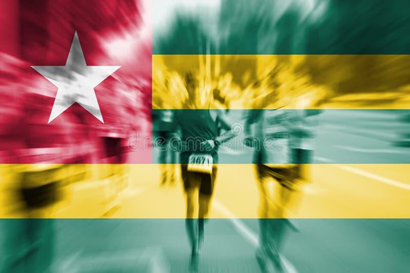 Falta de definición de movimiento del corredor de maratón con la mezcla de la bandera de Togo ilustración del vector
