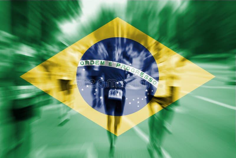 Falta de definición de movimiento del corredor de maratón con la mezcla de la bandera del Brasil fotografía de archivo