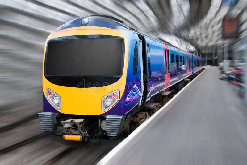 Falta de definición de movimiento del tren del transporte del viajero del pasajero imagen de archivo