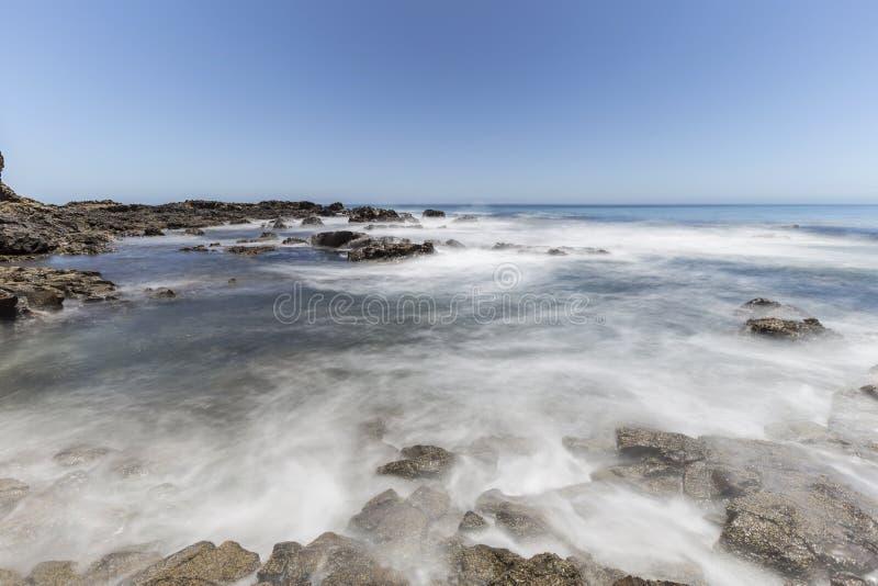 Falta de definición de movimiento pacífica de onda en el parque de la línea de la playa de la ensenada del olmo en Calif imagen de archivo