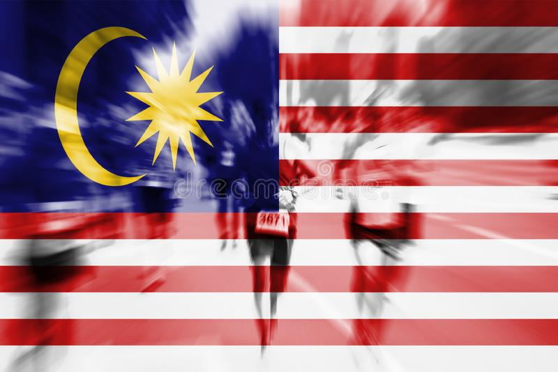 Falta de definición de movimiento del corredor de maratón con la mezcla de la bandera de Malasia foto de archivo