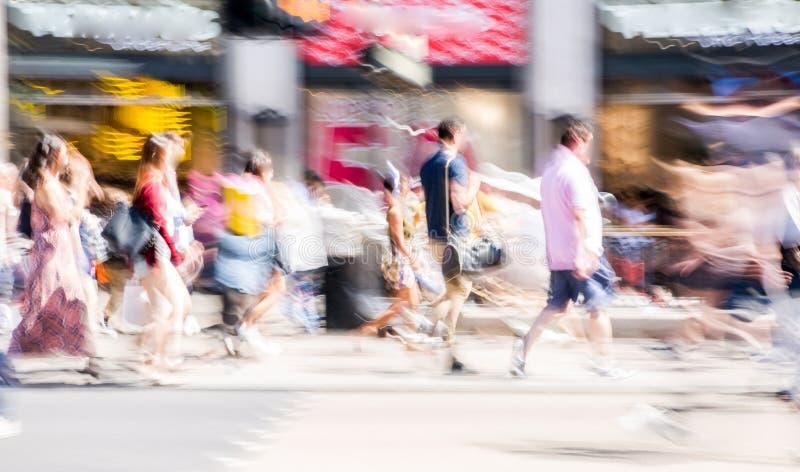 Falta de definición de movimiento hermosa de la gente, caminando en la calle regente en día de verano Vida ocupada del capital uk fotografía de archivo