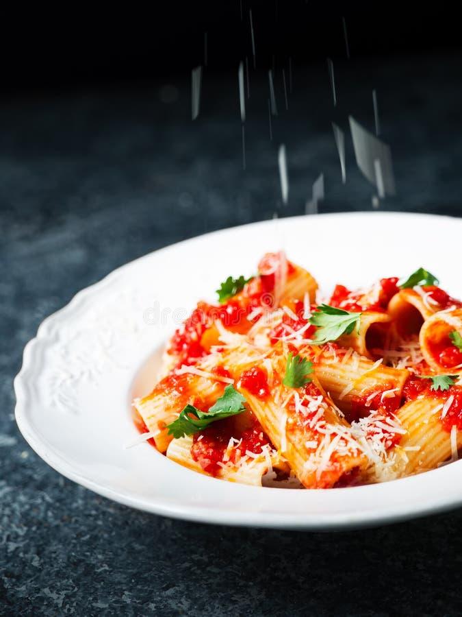 Falta de definición de movimiento de rejilla del rigatoni del queso italiano rústico de las pastas imagenes de archivo