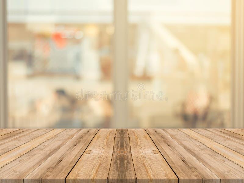 Falta de definición vacía de la tabla del tablero de madera en fondo de la cafetería - puede ser utilizado para la exhibición o e fotos de archivo libres de regalías