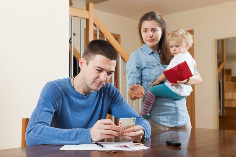 Falta de dinheiro na família imagens de stock