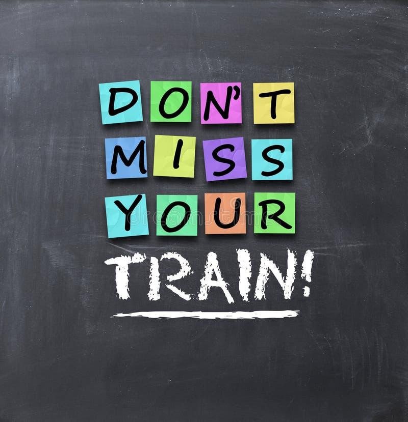 Falta de Don't que su texto del tren en notas de post-it coloridas se pegó en la pizarra imágenes de archivo libres de regalías