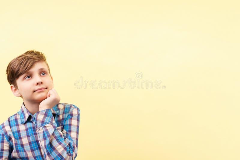 Falta de la concentración muchacho desatento, soñador imagen de archivo