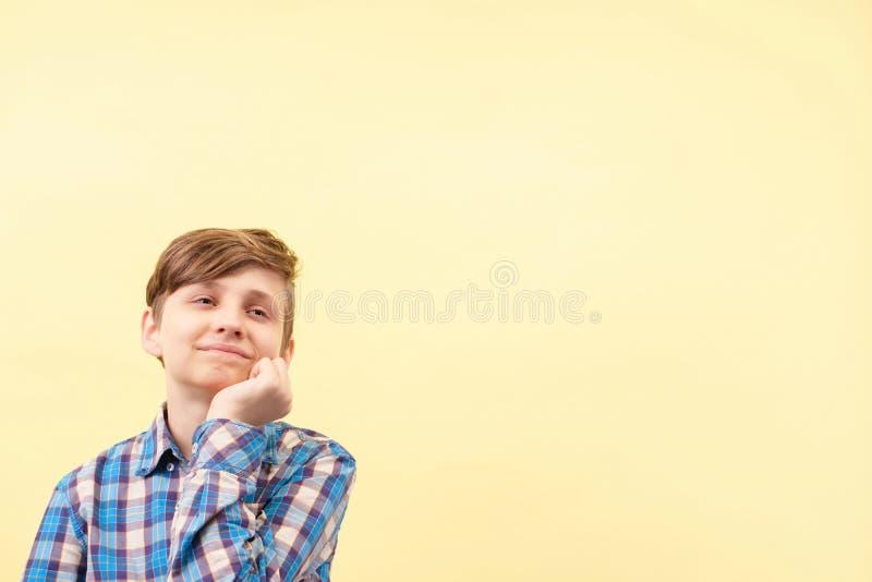 Falta de la concentración muchacho desatento, soñador fotos de archivo