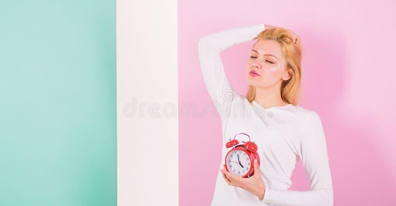 Falta do mau do sono para sua saúde Dormir demais efeitos secundários é demasiado sono prejudicial A cara sonolento da menina ape foto de stock royalty free
