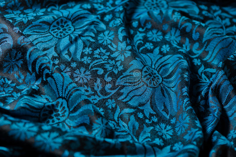 Falten des schwarz-und-blauen Kaschmirtuches stockfotos