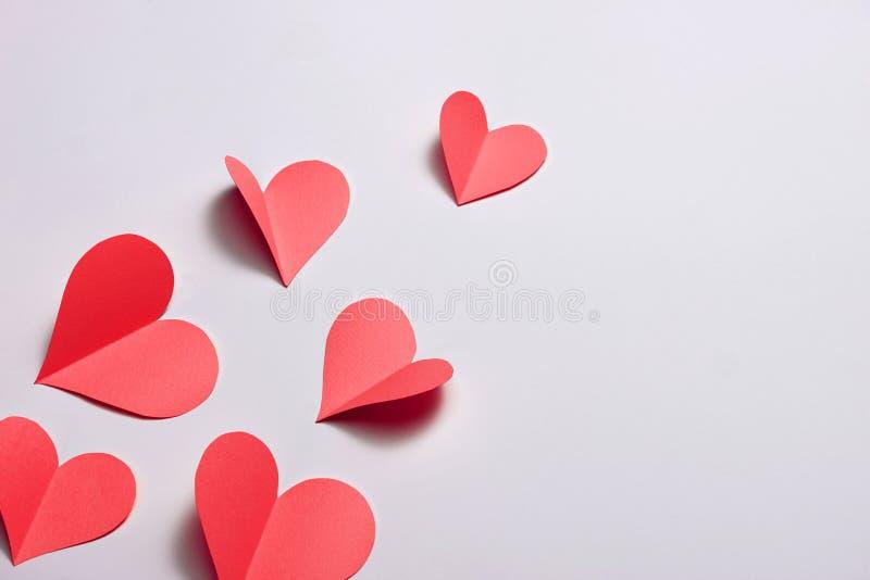 Falten Sie rote Papierherzen {Papierherzausschnitt}, das Herz der Papierfalte lokalisiert auf weißem Hintergrund Karten für Valen lizenzfreies stockbild