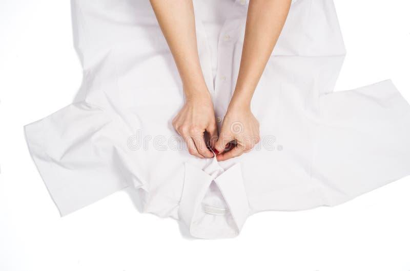 Faltende Kleidung der Frau Draufsicht über weißen Hintergrund mit copyspace stockfotos