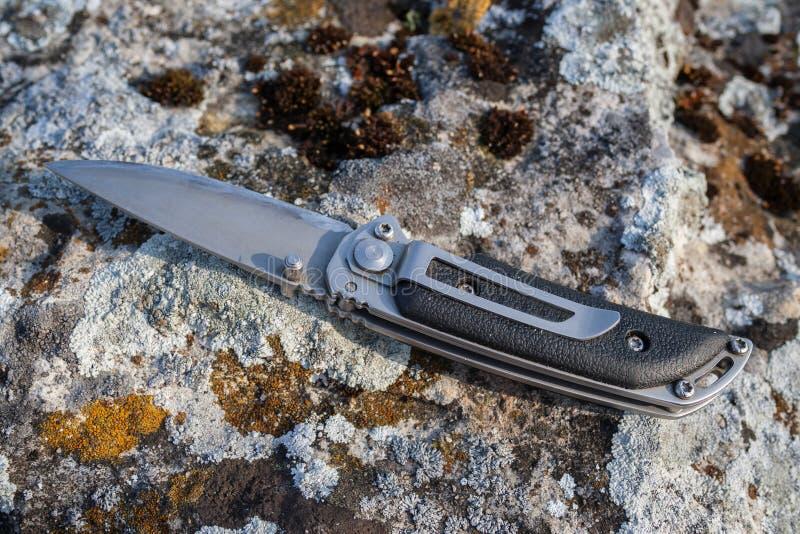 Faltendes Messer auf Stein stockbilder