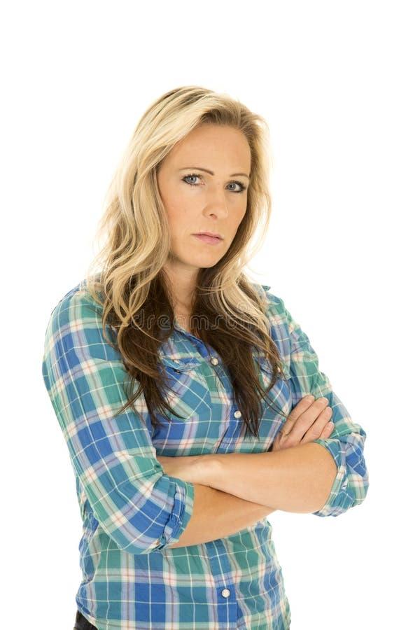 Falteten blaue Hemdarme des Cowgirls ernstes stockfoto