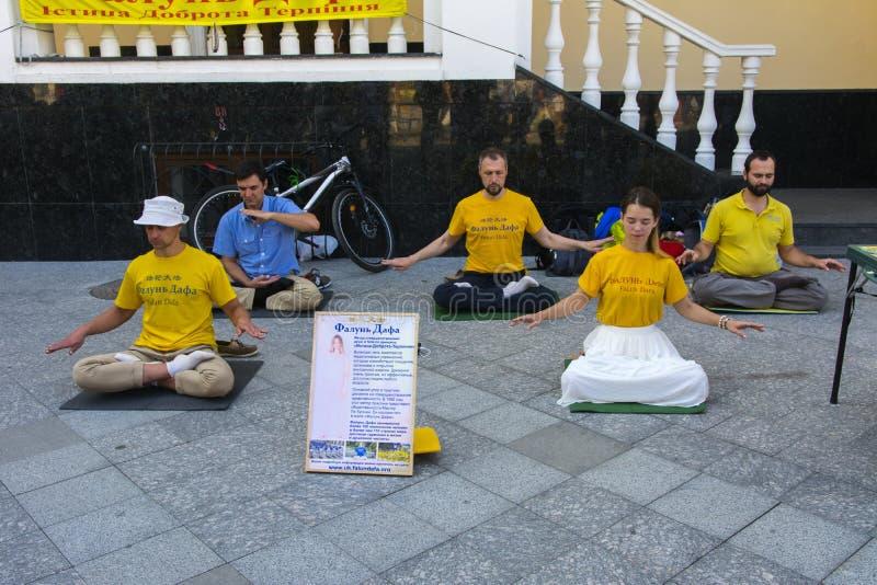 Falun Dafa Traditionele Chinese die gymnastiek met element wordt gecombineerd stock foto's