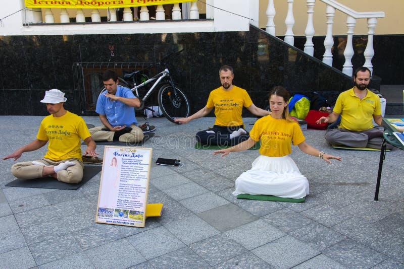 Falun Dafa Traditionele Chinese die gymnastiek met element wordt gecombineerd royalty-vrije stock foto's