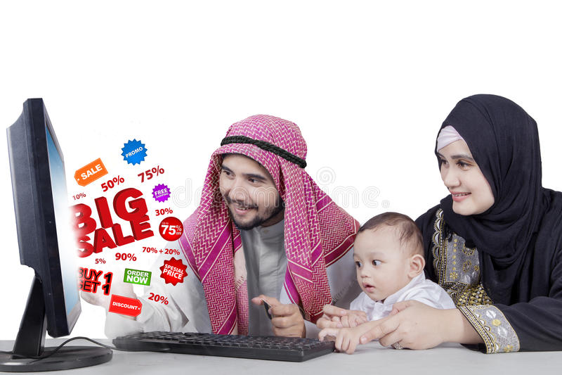 Família árabe com venda grande no monitor imagens de stock