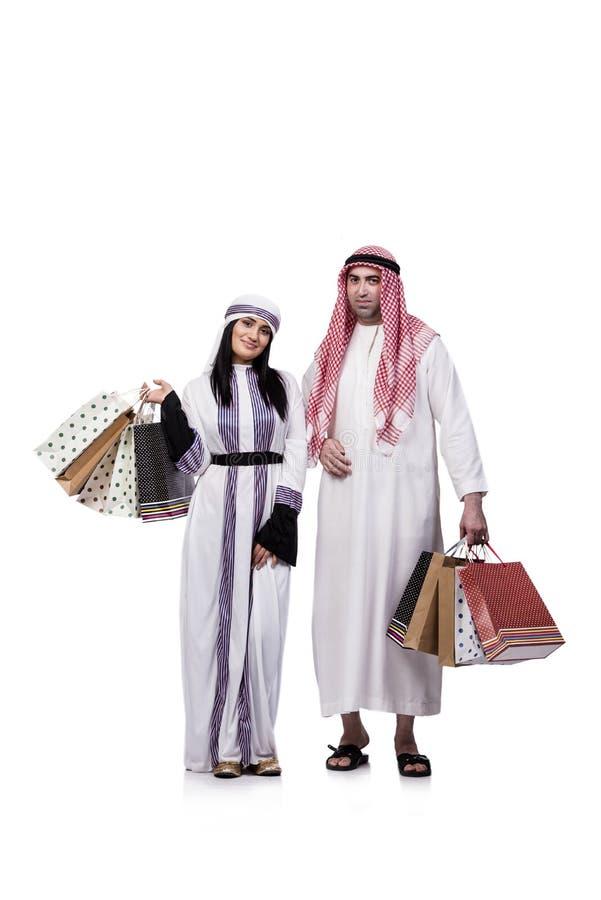 A família árabe feliz após a compra isolada no branco fotografia de stock