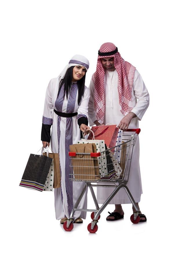 A família árabe feliz após a compra isolada no branco foto de stock royalty free
