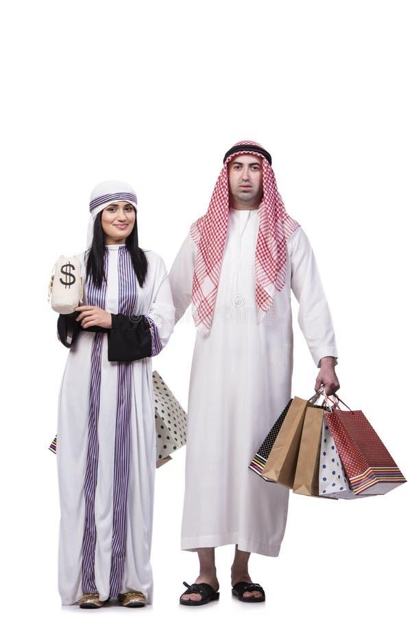 A família árabe feliz após a compra isolada no branco fotografia de stock royalty free