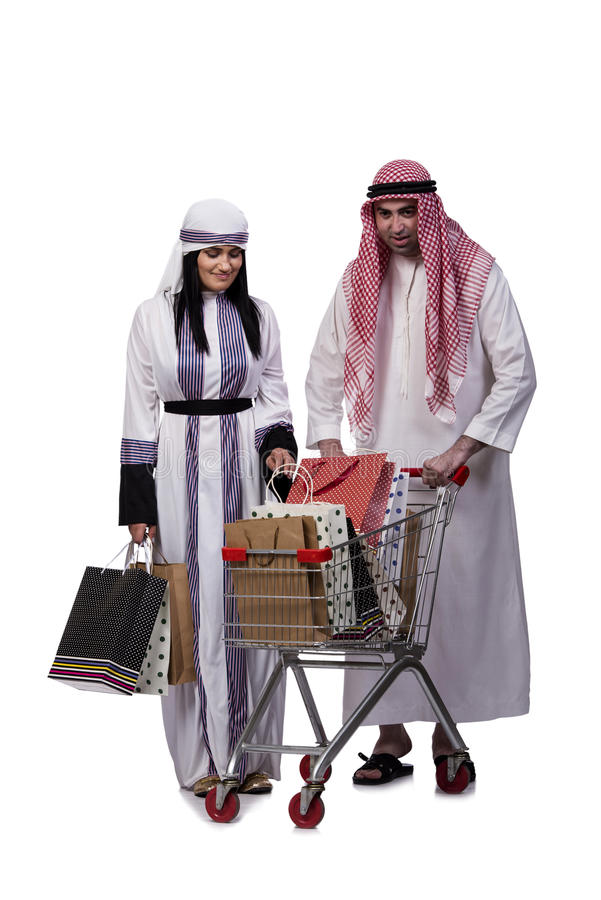A família árabe feliz após a compra isolada no branco fotos de stock