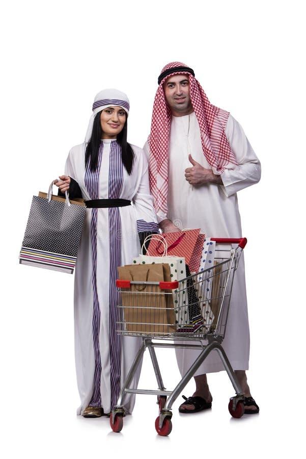A família árabe feliz após a compra isolada no branco fotos de stock royalty free